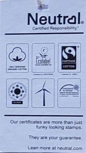weißes Etikett schwarze Schrift mit Klimaneutral Symbolen
