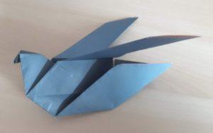 gefaltete Papiertaube blau Origami
