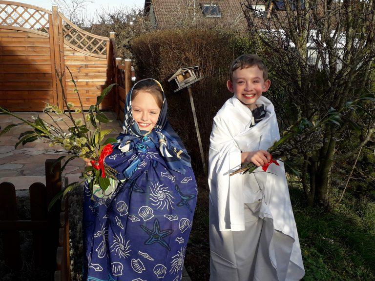 Junge und Mädchen verkleidet