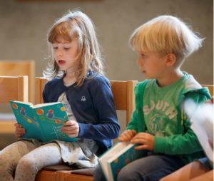 zwei Kinder singen